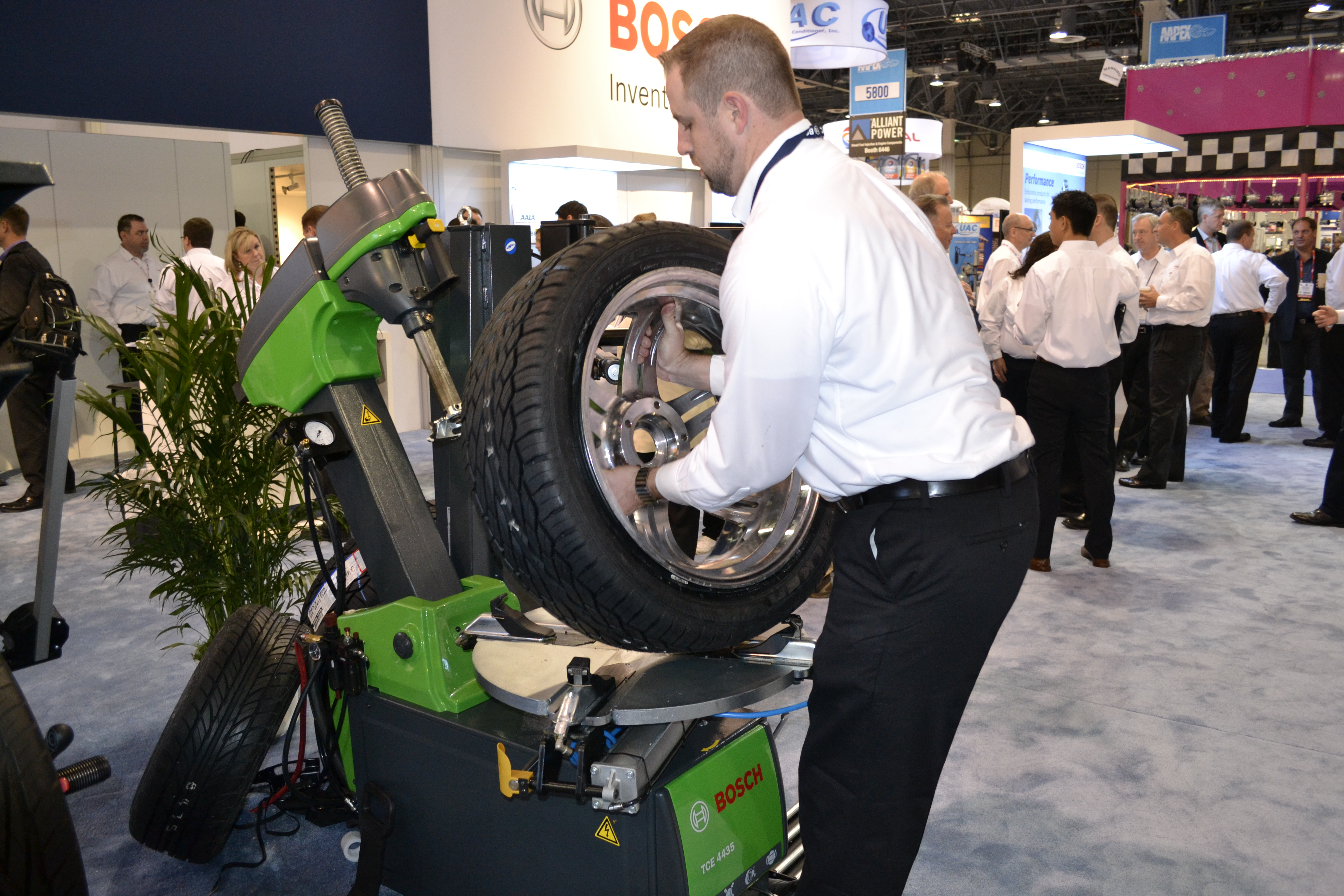 AAPEX: Bosch tire changer has a rigid structure